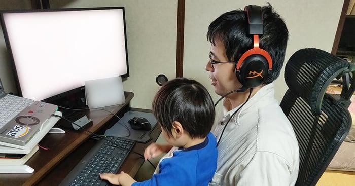 子どもを見ながら作業中の杉本