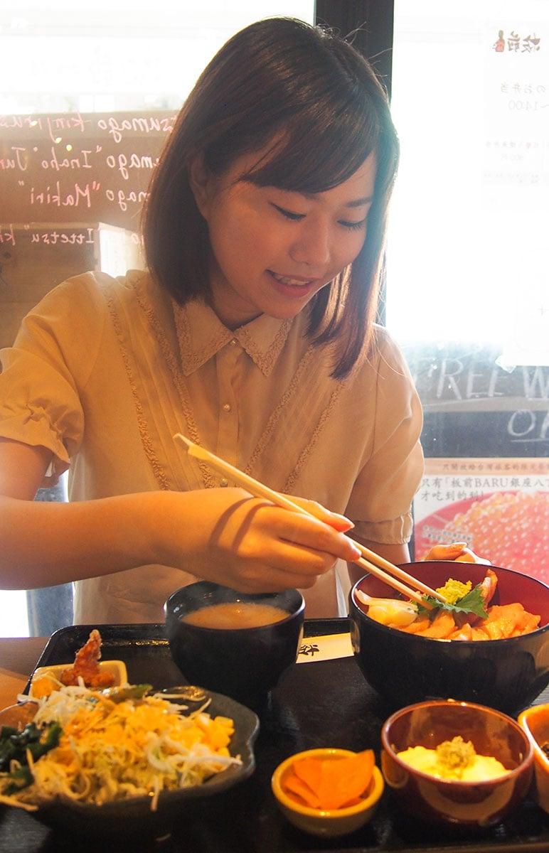 美味しそうに食べる岡田